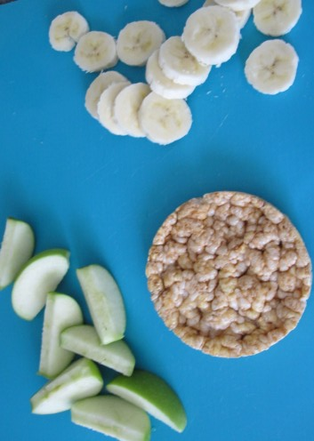 Rice cakes w/PB & fruit